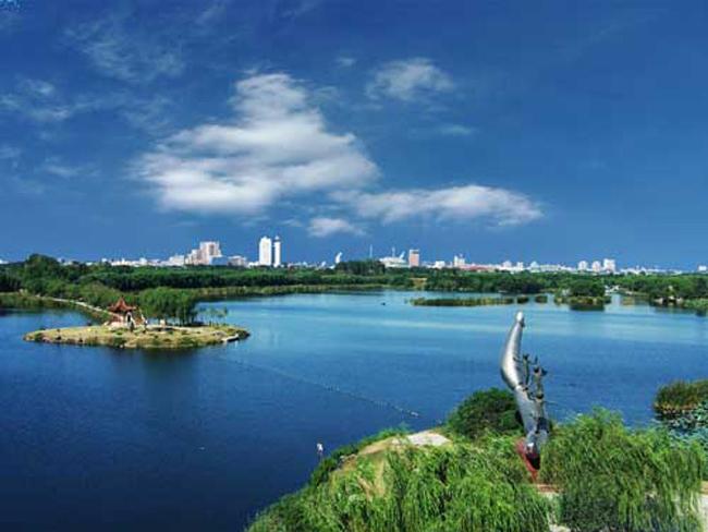 南湖生态风景区位于唐山市中心区南部,由地震垃圾场和采煤塌陷坑改建而成,被联合国授予迪拜国际改善居住环境最佳范例奖。未来建成的南湖生态城将成为唐山老城区改造的亮点、资源型城市转型的典范、生态重建的旗帜和示范。