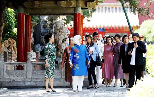 习近平夫人彭丽媛与代表夫人参观故宫