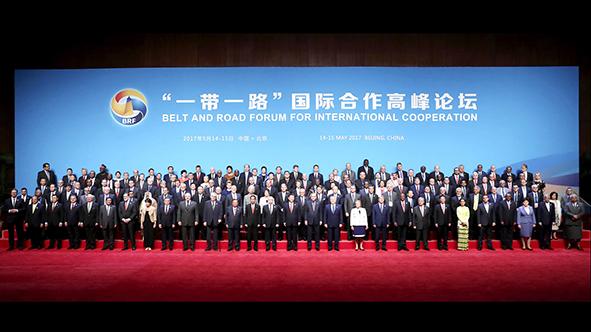 """习近平同出席""""一带一路""""国际合作高峰论坛的代表合影"""